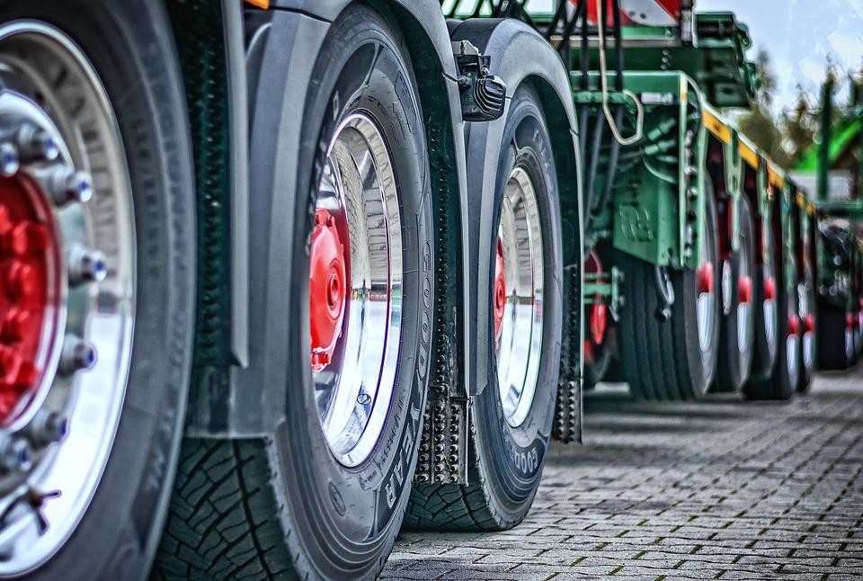 Caminhão, montadora, roda. Crédito: Pixabay