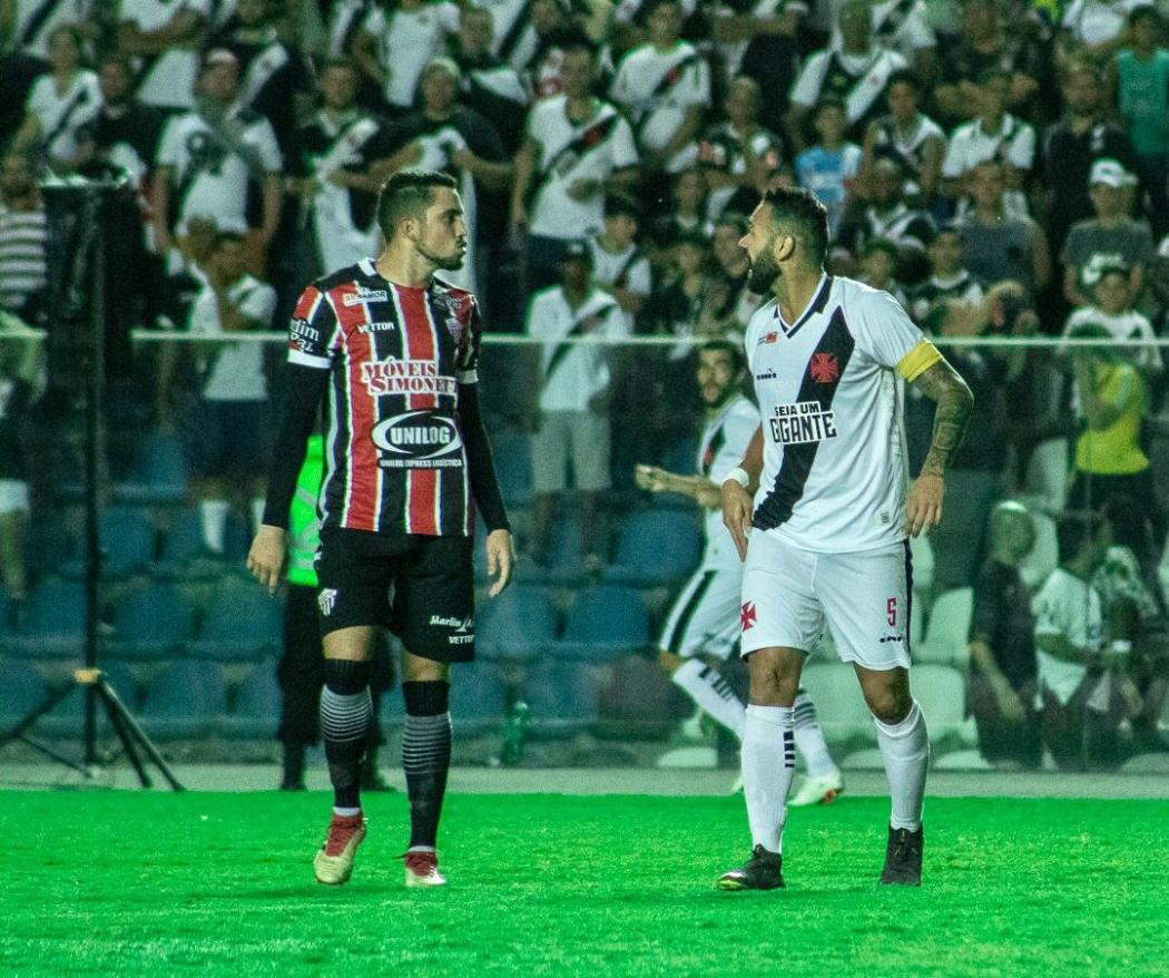 Rael e Castán discutem durante jogo entre Serra e Vasco. Crédito: Renan Moreira/Divulgação