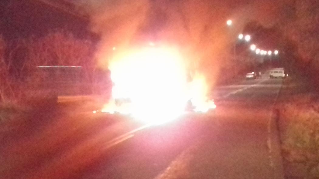 Ônibus incendiado na Serra. Crédito: A Gazeta