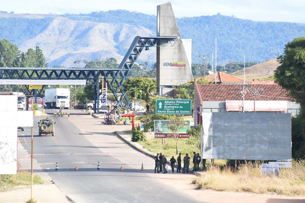 A fronteira da Venezuela com o Brasil segue fechada na manhã desta sexta-feira (22), em Pacaraima (RR), após Nicolás Maduro determinar o bloqueio por tempo indeterminado. Normalmente, a passagem é fechada à noite e reabre por volta das 7h do dia seguinte (horário local, às 8h de Brasília), o que não aconteceu nesta manhã. Crédito: ROMMEL PINTO/FUTURA PRESS/ESTADÃO CONTEÚDO