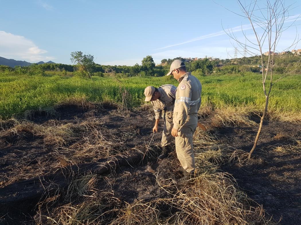 Equipes do Corpo de Bombeiros continuam monitorando a área de turfa no bairro Cantinho do Céu, na Serra. Crédito: José Carlos Schaeffer