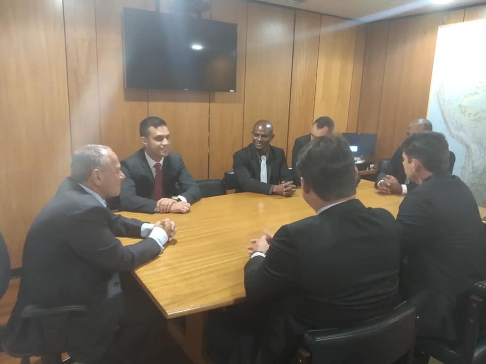 A comissão de militares da Associação de Cabos e Soldados do Estado em uma reunião em Brasília com o secretário especial da Câmara dos Deputados, Carlos Manato, antes da votação do Senado. Crédito: Divulgação / ACS/PMBM/ES