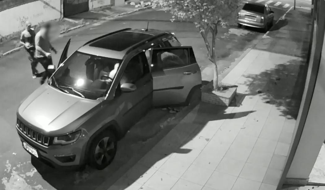Câmera mostra momento em que bandidos chegam . Crédito: Videomonitoramento