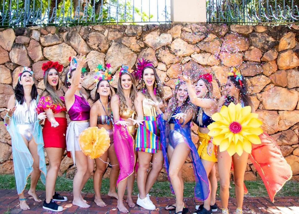 Equipe de meninas de ateliê de adereços para carnaval de Belo Horizonte, em Minas Gerais, posam para foto de bloquinho de rua. Crédito: Daniela Bueno/Reprodução/Instagram @danibuenophoto