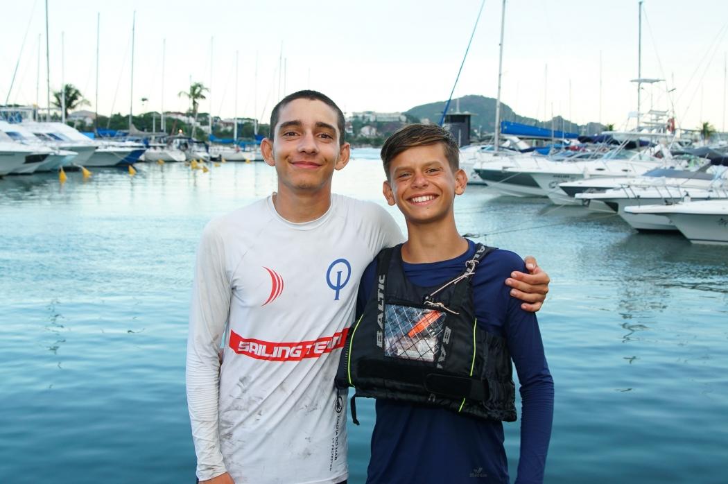 Pedro, à esquerda, irá ao Mundial. Já Miguel, competirá no Europeu de Optimist . Crédito: Divulgação/Iate Clube