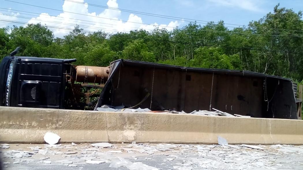 Caminhão carregado de chapas tombou em curva da ES 482. Crédito: Internauta