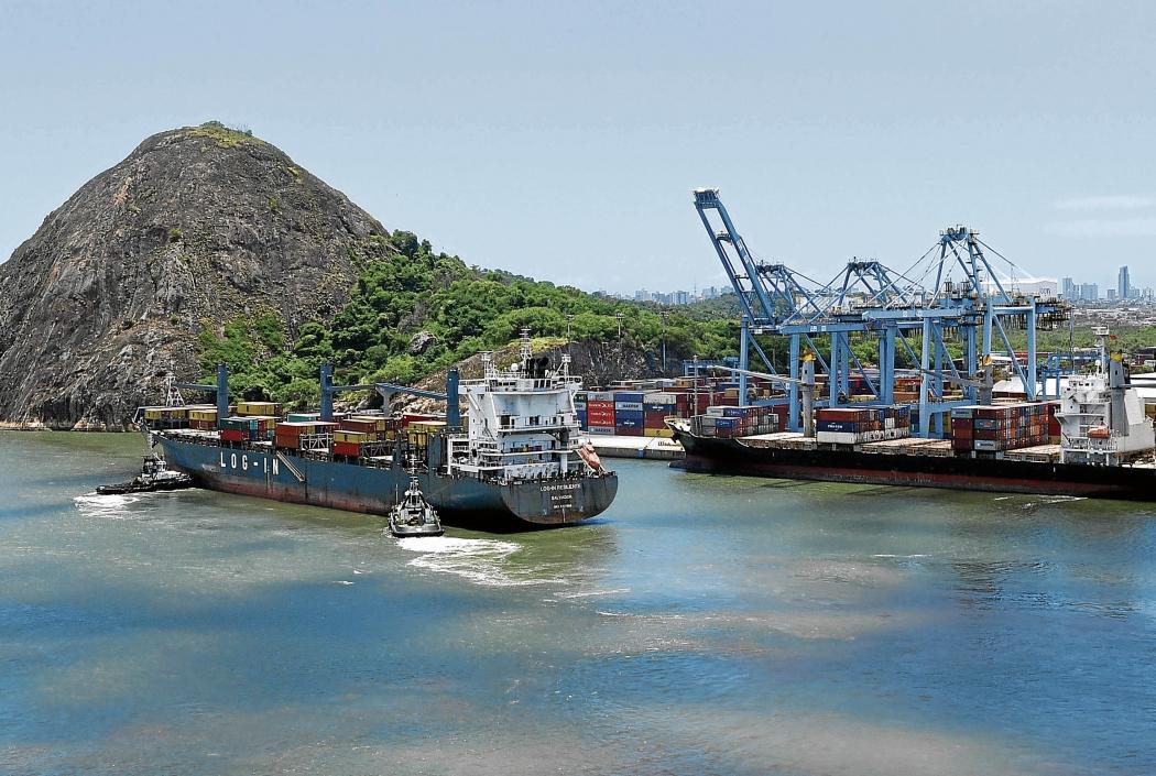 Navio durante manobra na entrada do Porto de Vitória. Crédito: Carlos Alberto Silva
