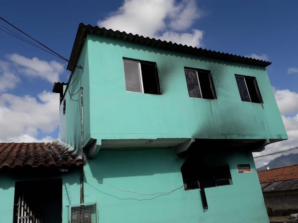 Família tem casa incendiada em Novo Horizonte, na Serra . Crédito: Ricardo Medeiros