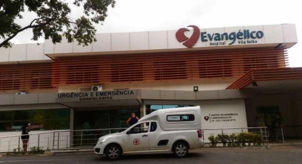 Um homem, de 45 anos, que passava na rua no momento do crime levou um tiro de raspão na perna esquerda e foi socorrido para o Hospital Evangélico
