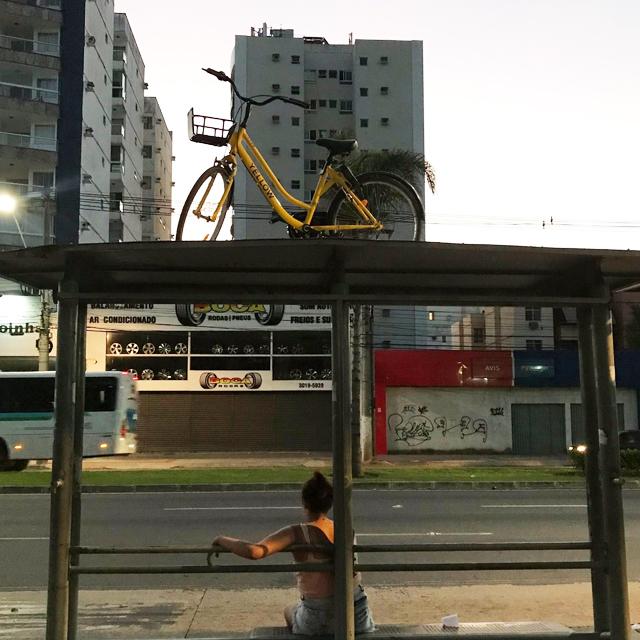 Bicicleta no alto de um abrigo de ônibus em Vitória. Crédito: Renan Bagatelli