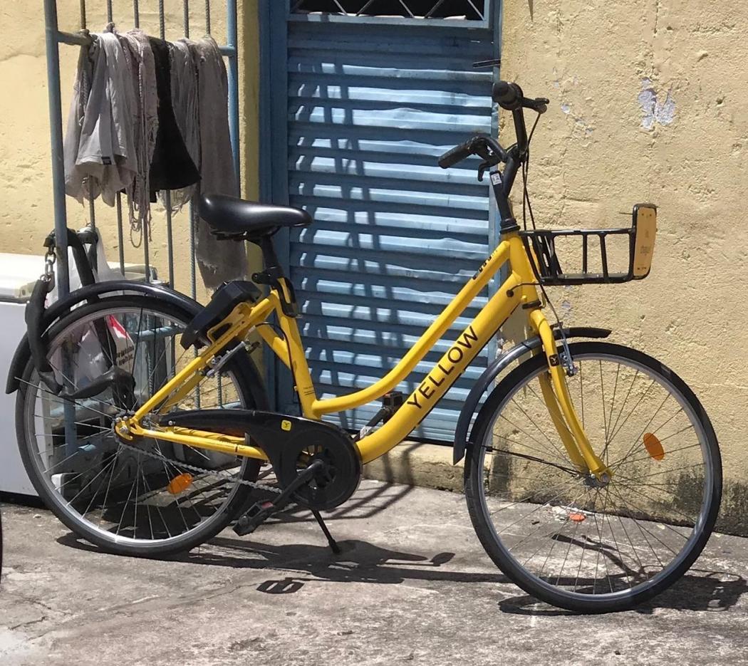 Bicicleta compartilhada é acorrentada no portão de casa em Jardim Camburi. Crédito:  Reprodução/Redes Sociais