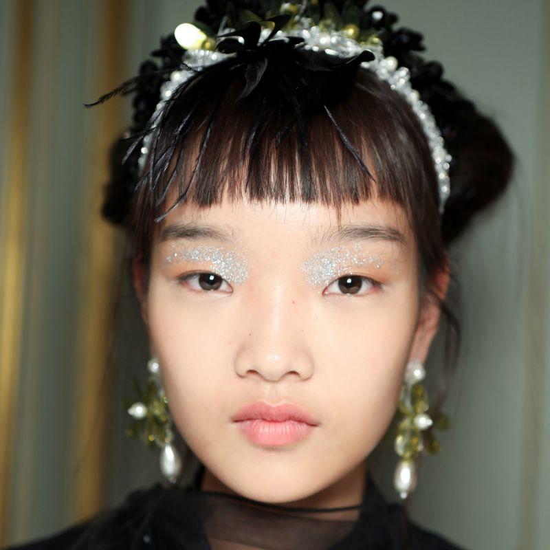 No desfile de Simone Rocha, o glitter foi visto em um ponto específico dos olhos