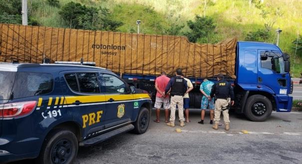 Três caminhoneiros foram presos após apreensão de carga de cigarros roubados no Rio de Janeiro