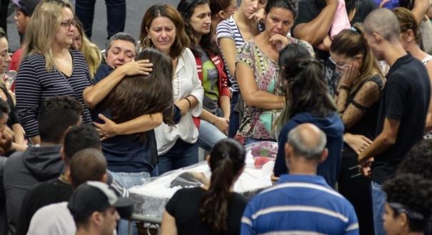Velório dos corpos de seis das vítimas do ataque ocorrido na Escola Estadual Professor Raul Brasil, nesta quinta-feira, 14, na Arena Max Feffer, em Suzano