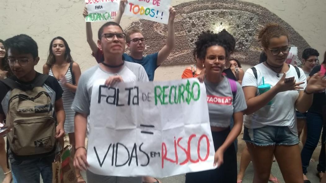 Estudantes da Ufes realizam protesto na reitoria da universidade contra violência no campus. Crédito: Eduardo Dias