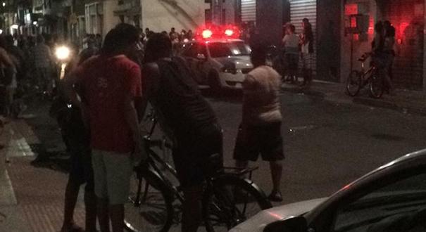 Movimentação no local após o assassinato de Charles em bar de Feu Rosa