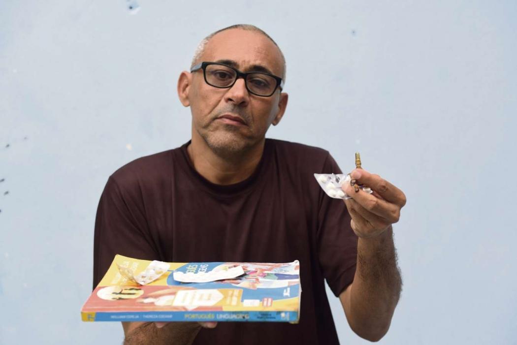 Gilcinelio segura os remédios que precisa tomar durante tratamento médico . Crédito: Ricardo Medeiros
