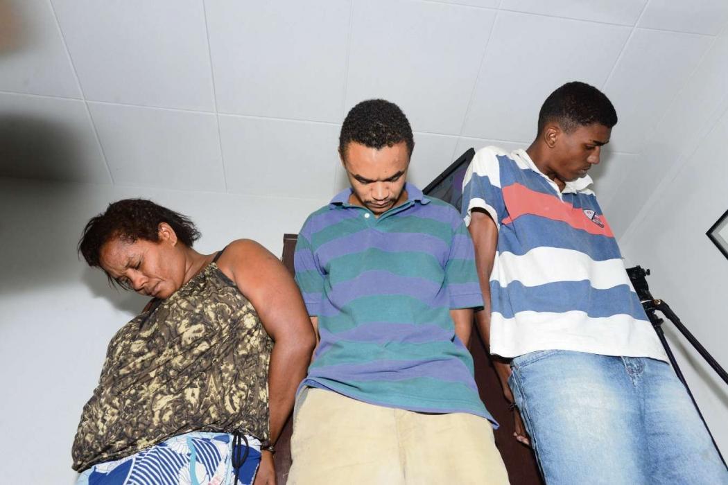 Elizete Rodrigues, Luan Oliveira e Lucas Vinicius, quando foram presos acusados de homicídio, em 2015. Crédito: Bernardo Coutinho | Arquivo | GZ