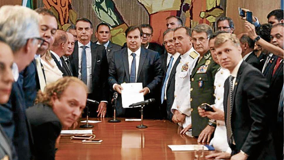 Jair Bolsonaro entregou a proposta de reforma dos militares para o presidente da Câmara, Rodrigo Maia. Crédito: Divulgação