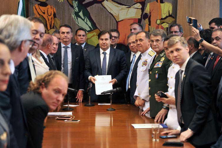 O presidente Jair Bolsonaro entrega a proposta de reforma da Previdência dos militares ao presidente da Câmara dos Deputados, Rodrigo Maia. Crédito: J. Batista / Câmara dos Deputados