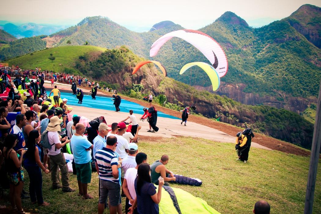A primeira competição de parapente sediada por Baixo Guandu aconteceu em 2001, ano em que recebeu uma etapa do campeonato estadual . Crédito: Divulgação