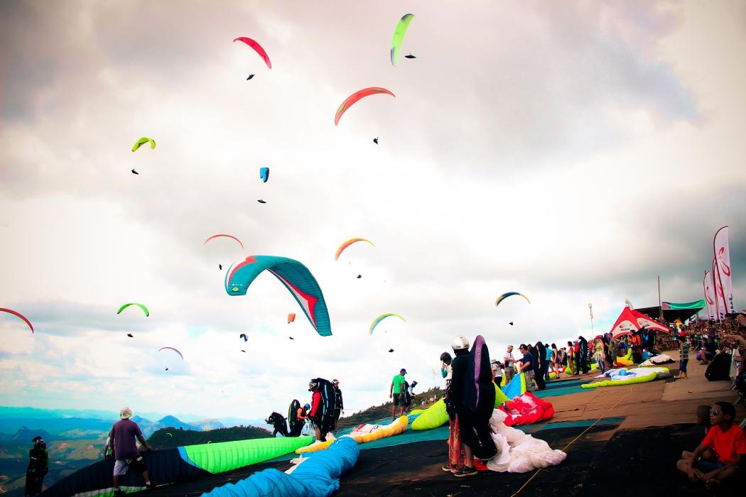 Considerada a capital estadual do vôo livre pela lei nº 10.838/2018, Baixo Guandu possui características naturais que contribuem para a prática do esporte radical. Crédito: Divulgação