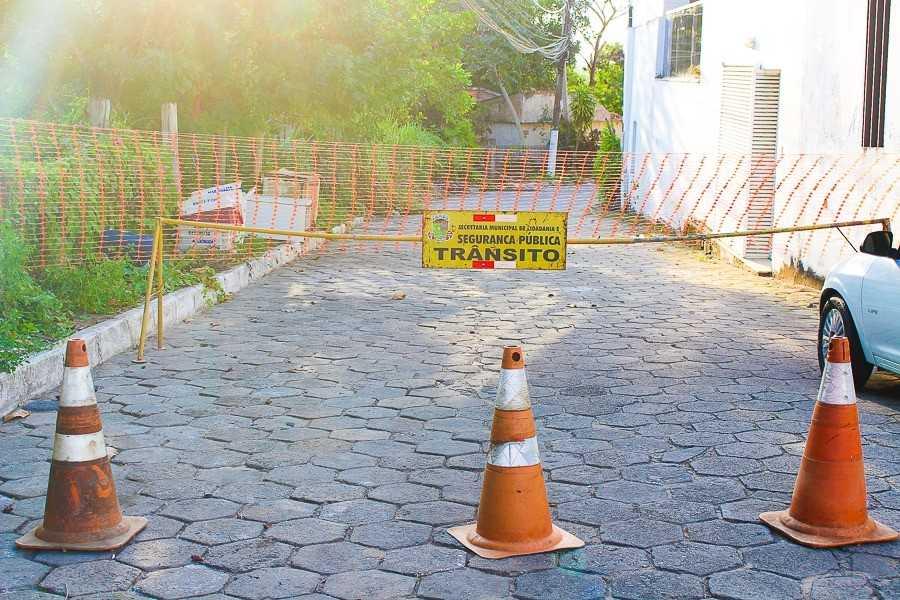 Cones e tela interditam entrada da Avenida Beira-Rio, em Linhares. Crédito: Divulgação