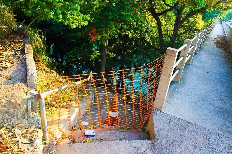 Escadaria que dá acesso às casas da Avenida Beira-Rio também foi interditada pela Defesa Civil. Crédito: Divulgação