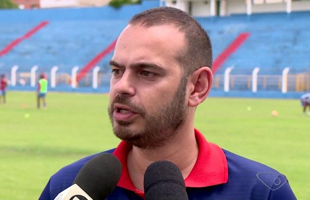 Quique Silvestre é técnico do Sport Colatinense. Crédito: Reprodução/TV Gazeta Noroeste