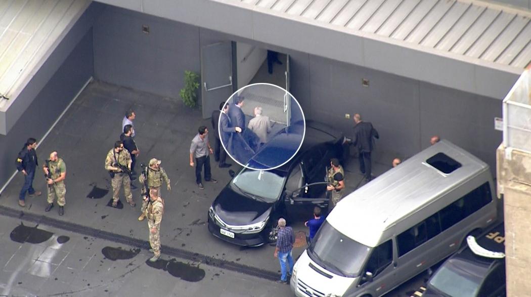 Conduzido pela PF, mas sem algemas, Temer deixa carro no Aeroporto de Guarulhos. Crédito: Reprodução/G1/Imagem da TV Globo