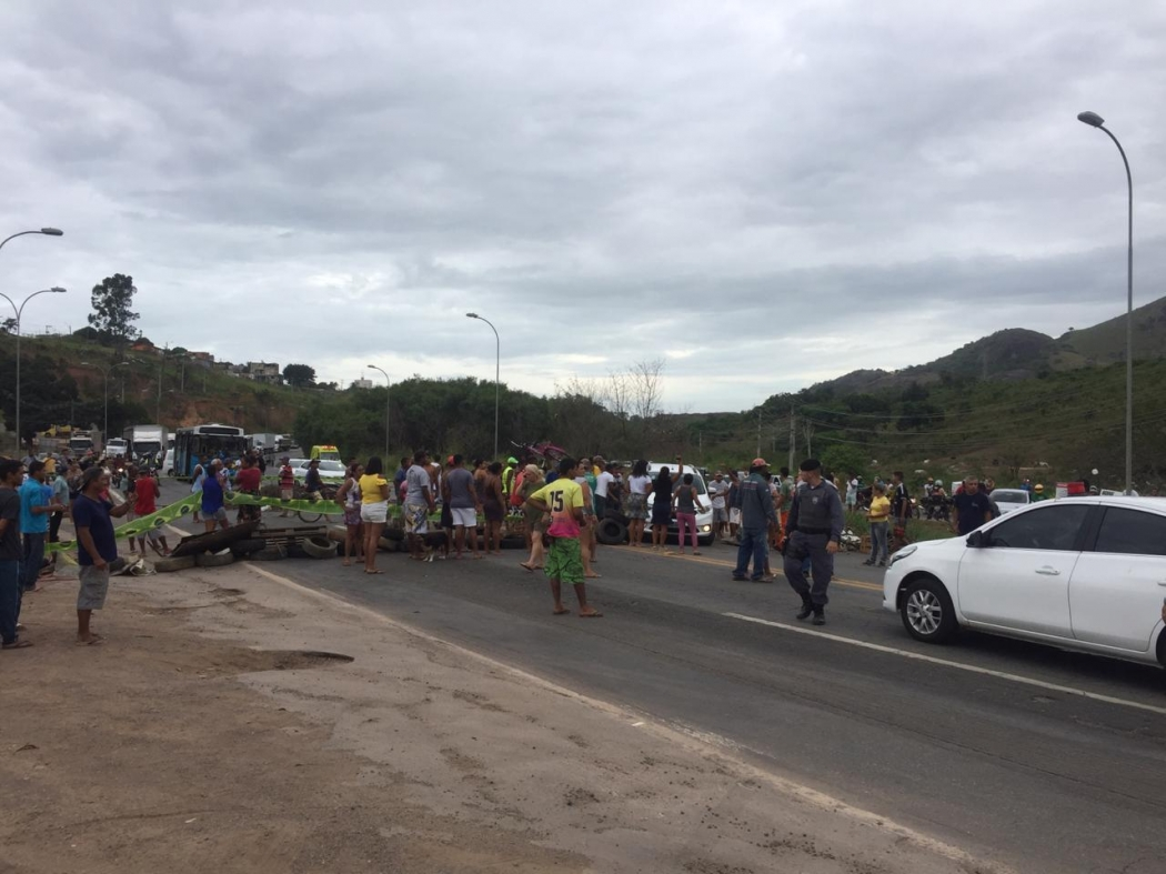 Protesto de moradores interdita trecho da BR 101 na Serra. Crédito: Mayara Mello