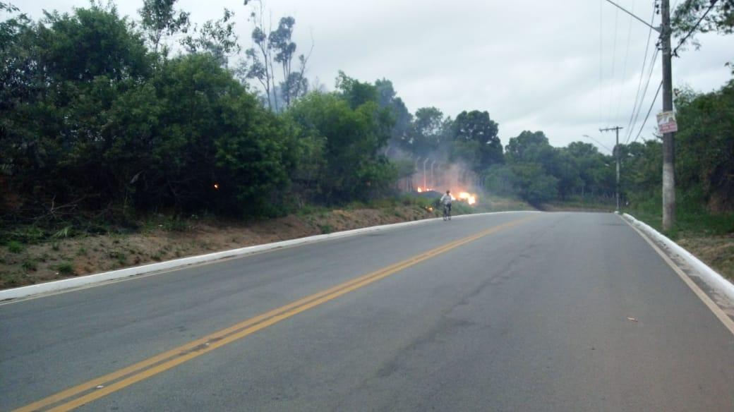 Incêndio atinge área de vegetação da ArcelorMittal. Crédito: Foto leitor