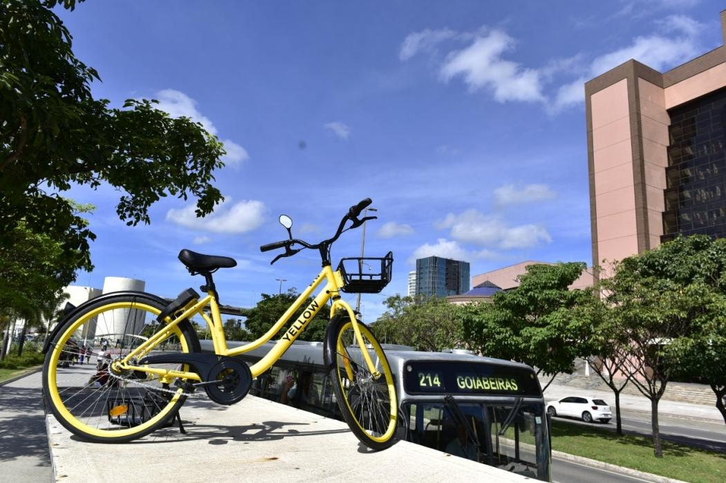 Bicicleta Yellow é flagrada em cima de ponto de ônibus em Vitória. Crédito:                   Marcelo Prest
