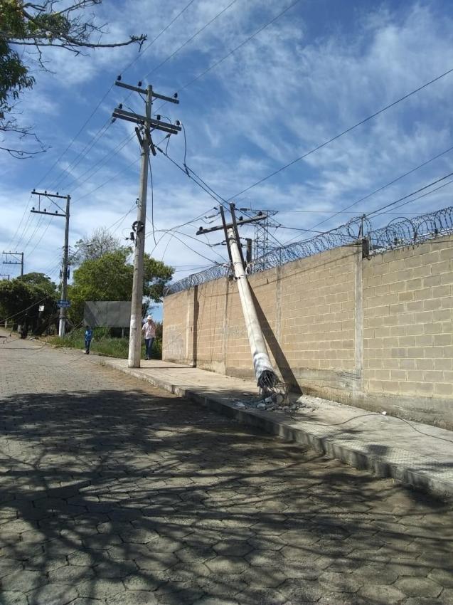 Postes da Empresa Luz e Força Santa Maria são danificados durante manutenção da rede de água pelo Sanear, em Colatina. Crédito: Internauta