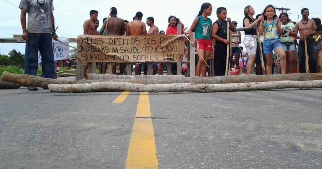Índios seguram cartazes durante protesto em Aracruz. Crédito: Internauta
