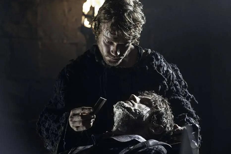 Game of Thrones: Theon Greyjoy segue sob o jugo implacável de Ramsay Bolton. Crédito: HBO