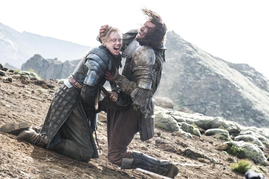 Game of Thrones: Brienne e o Cão fazem um duelo que o deixa à beira da morte. Crédito: HBO