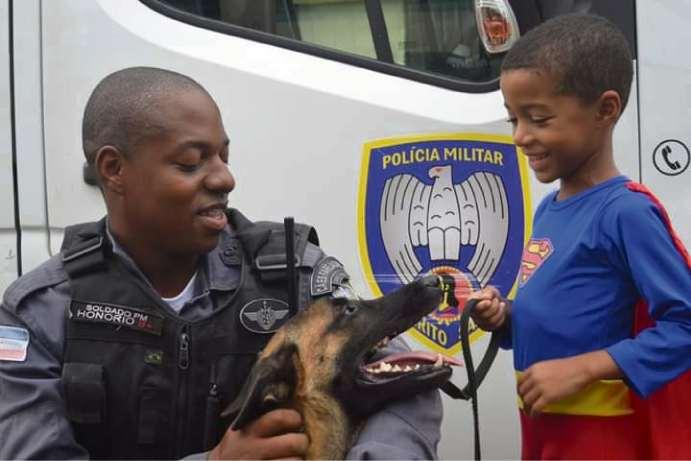 A cadela Aretha, de apenas 1 ano e 9 meses, ficou em alerta enquanto o soldado Honório dava entrevista. Crédito:    Fernando Madeira