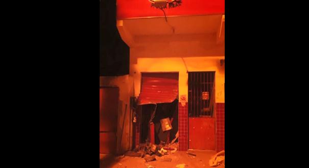 Caixa ficou destruído, mas criminosos não conseguiram levar o dinheiro. Crédito: Reprodução/TV Gazeta