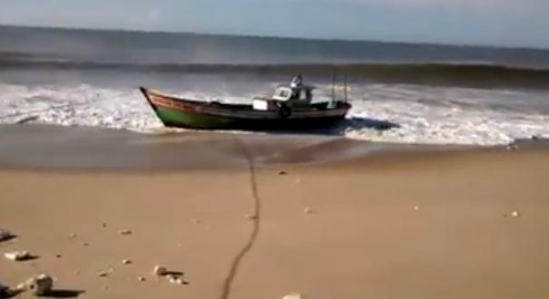 Família de Marataízes é resgatada após naufragar no RJ. Crédito: Reprodução