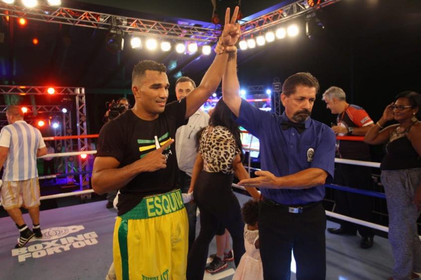 Esquiva comemora primeira vitória no Brasil após sua profissionalização no boxe. Crédito: Divulgação