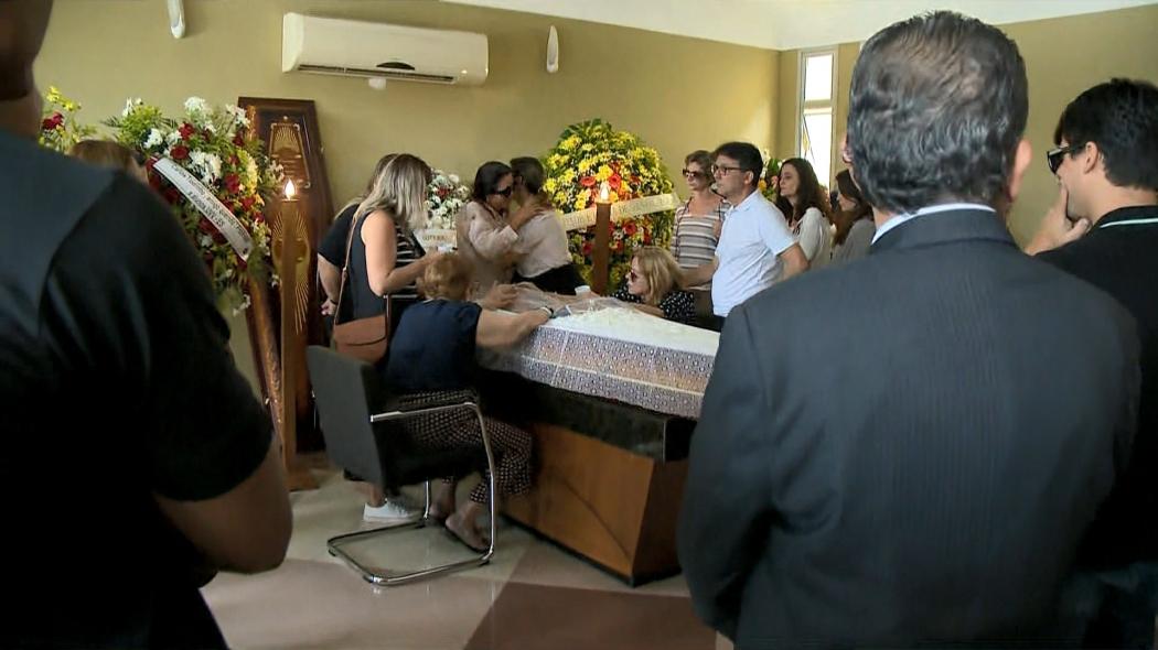 Corpo de jornalista Carlos Tourinho é enterrado em Vila Velha. Crédito: Paulo Cordeiro | TV Gazeta