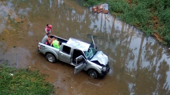 Carro cai no Rio Santa Maria do Doce, em Colatina. Crédito: Reprodução | Facebook