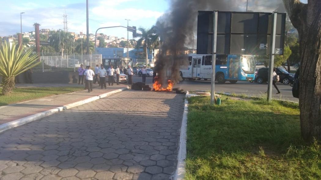 Taxistas fazem protesto na Rodoviária de Vitória contra motoristas clandestinos. Crédito: Caíque Verli