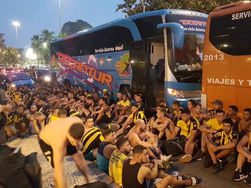 Torcedores do Peñarol foram detidos no Rio de Janeiro antes de jogo contra o Flamengo. Crédito: Marcelo Baltar/Globo Esporte