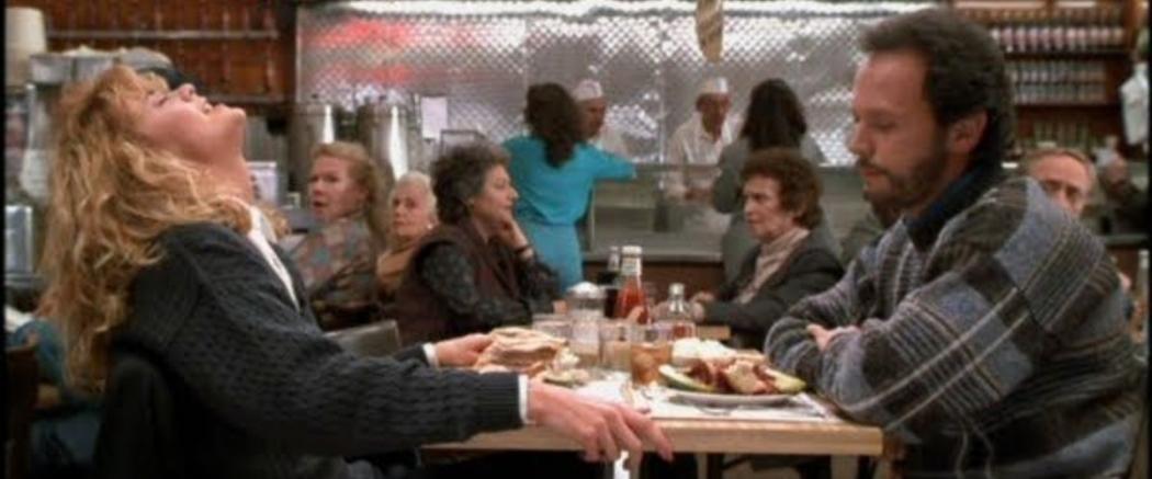 """Cena do filme """"Harry e Sally - Feitos Um Para o Outro"""", no qual a personagem de Meg Ryan simula um orgasmo em uma lanchonete de Nova York. Crédito: Divulgação"""