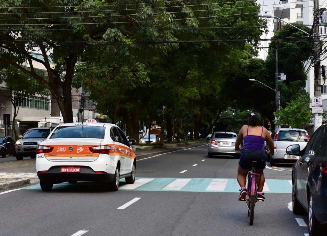 Ciclista divide espaço com carros na Avenida Rio Branco, em Vitória. Crédito: Fernando Madeira