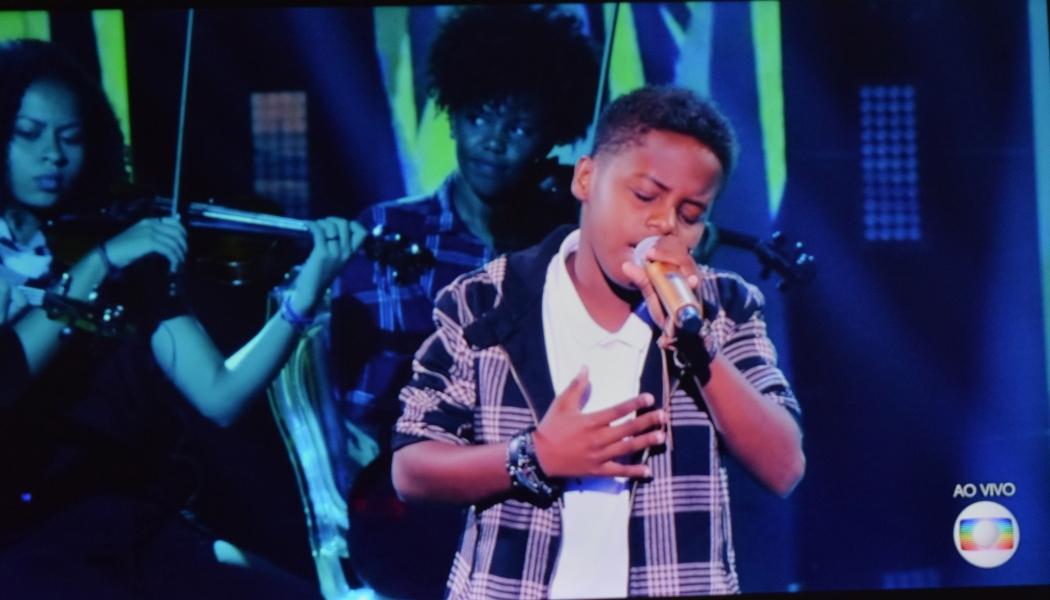 Jeremias se apresenta na semifinal do The Voice Brasil Kids. Crédito: Reprodução