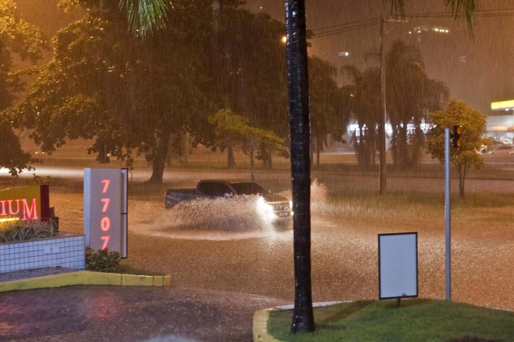 Chuva provoca alagamento no Rio de Janeiro na noite desta segunda-feira (8).