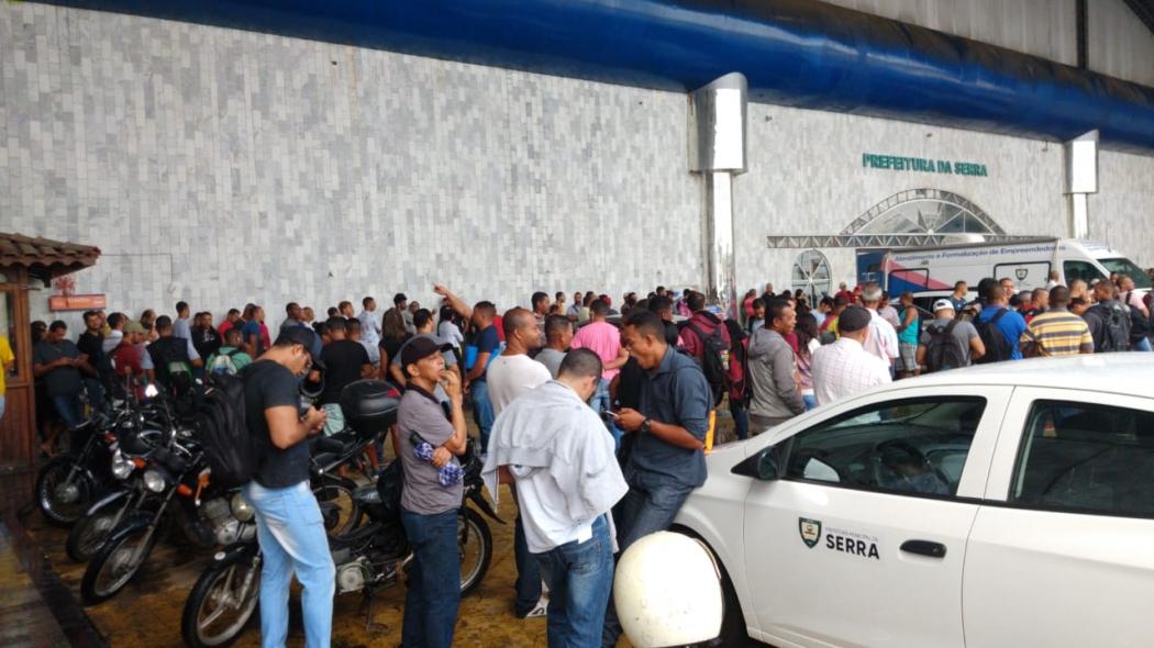 Fila no Sine da Serra tem mais de mil pessoas em para 75 vagas. Crédito: Internauta/Gazeta Online